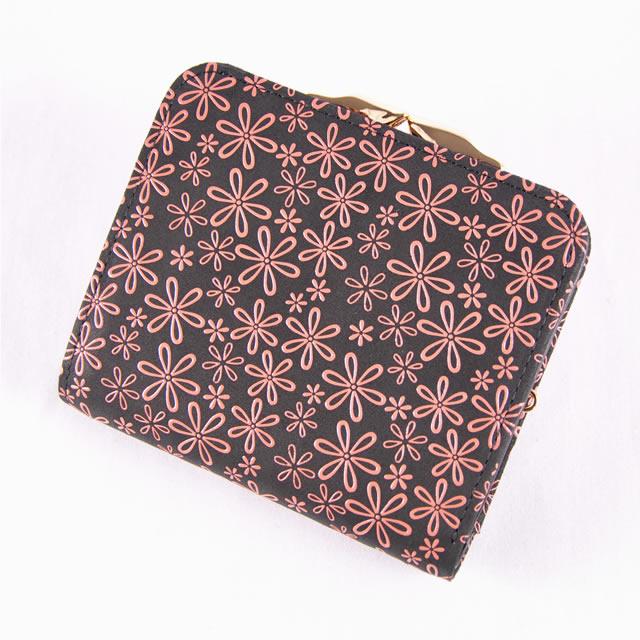 cbecc2fb37a8 がま口の小銭入れがついた2つ折り財布です。 艶やかな「漆」と柔らかい「鹿革」の見事なコラボレーションは日本伝統工芸の逸品!!