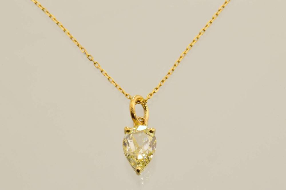 梨形钻石吊坠这个定位点 ! 1.2 ct 腹部浅黄色钻石吊坠乐趣扭曲 !