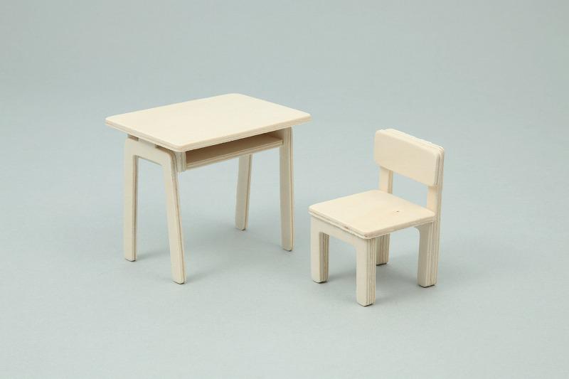 2张桌子和6把椅子的价钱相等,买桌椅一套需240元,一张
