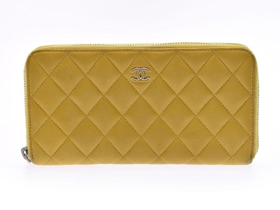 925d5d8ba116 フロントに施されたシャネルのココマークがワンポイントになったシャネルのラウンドファスナー長財布。 綺麗なイエローのカラーは気分が明るくなるカラーですね!