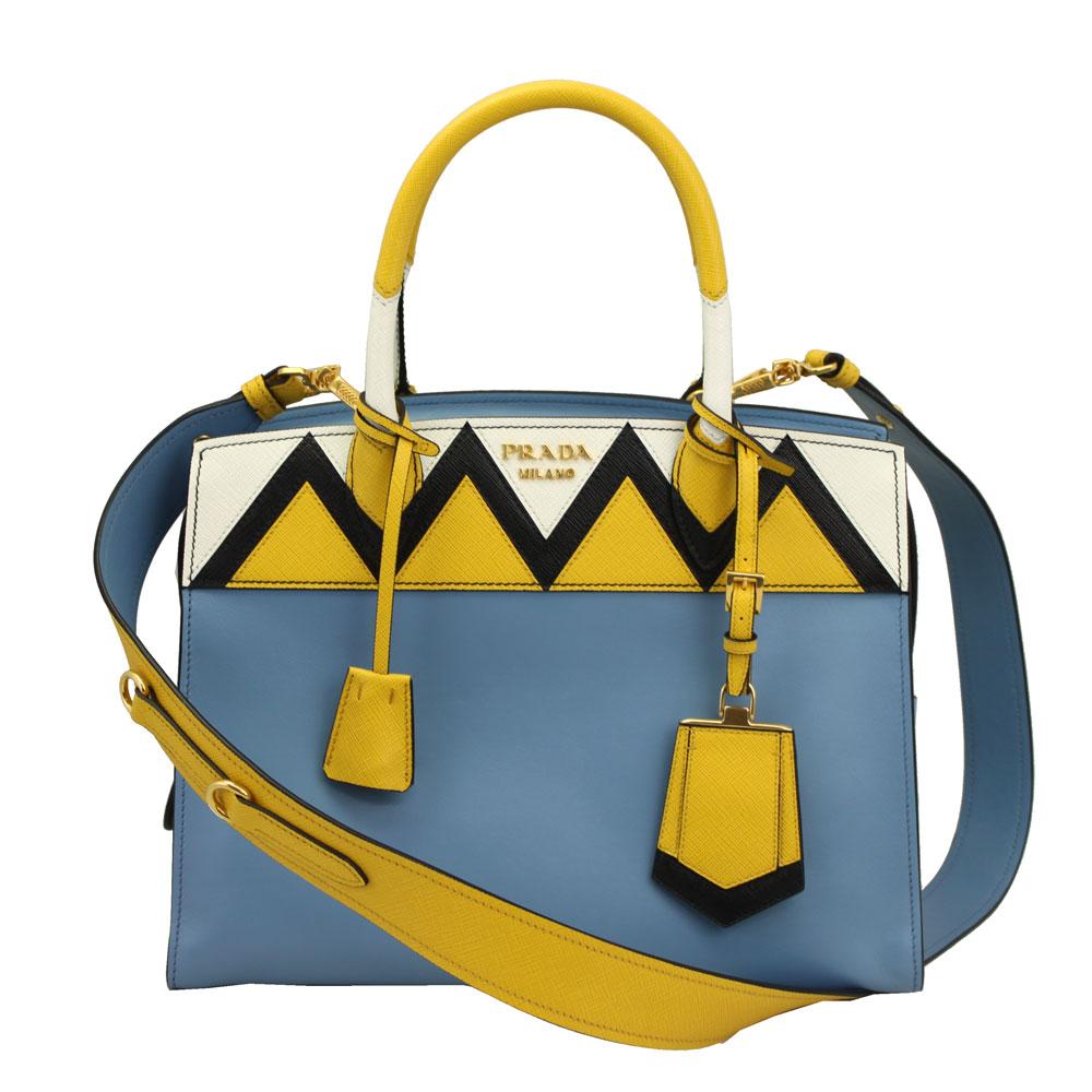 48615ef13c30 質感の異なるレザーとブルーとサニーイエローの組み合わせが特徴の、プラダのエスプラナード2wayバッグです。 かっちりとした台形のボディに、ゴールドのプラダロゴが  ...