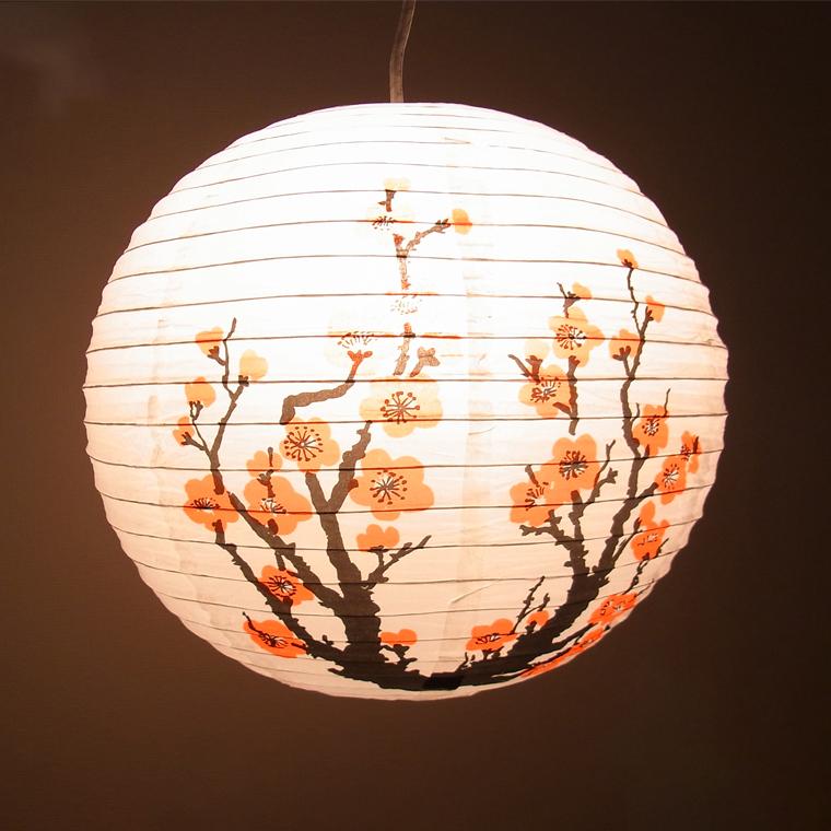 和睦花纹设计的纸灯笼(梅树)