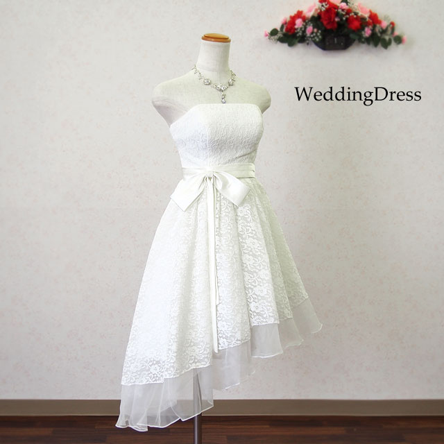 2c20b5a497897 商品説明スカート裾のラインが斜めになったミモレ丈ミニドレス  大きなリボンが可愛く、総レースが清楚なデザイン  結婚式の二次会やパーティにも最適 ...
