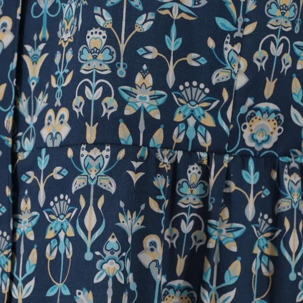幾何柄っぽくアレンジされた花柄のシャツブラウス/リリアンビューティ エクラ(Liliane Burty ECLAT)