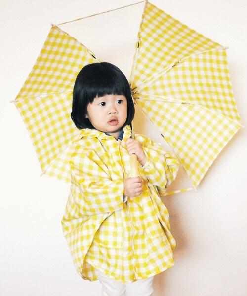 桜田通/全身・衣装ピンク・レインコート水色・レインブーツ黄色・