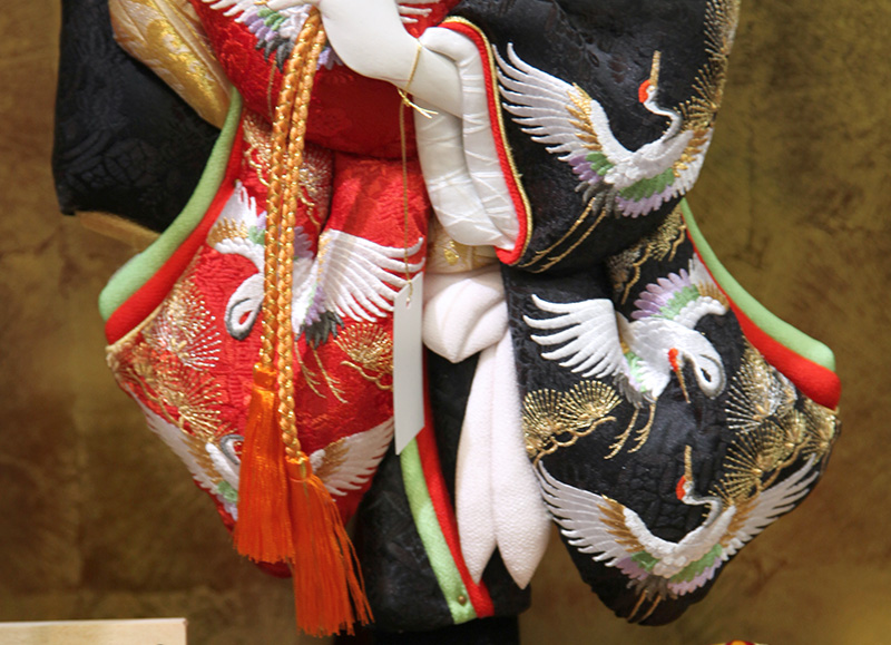 羽子板 久月 ケース飾り 吉祥 鶴寿 松に鶴刺繍振袖 久月オリジナル面相 18号 木製面取ケース 【2019年度新作】 h311-k-36360-1  人形屋ホンポ