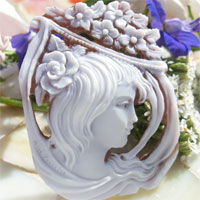 シェルカメオMaestro Aniello Pernice作明るい雰囲気が素敵な秀作です!【花飾りと美しい女性】