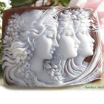 百貨店 可憐な3人の女神のシェルカメオ Ciro Accanito作サードニクスシェル 販売実績No.1 カメオルース 美しいモダン三美神