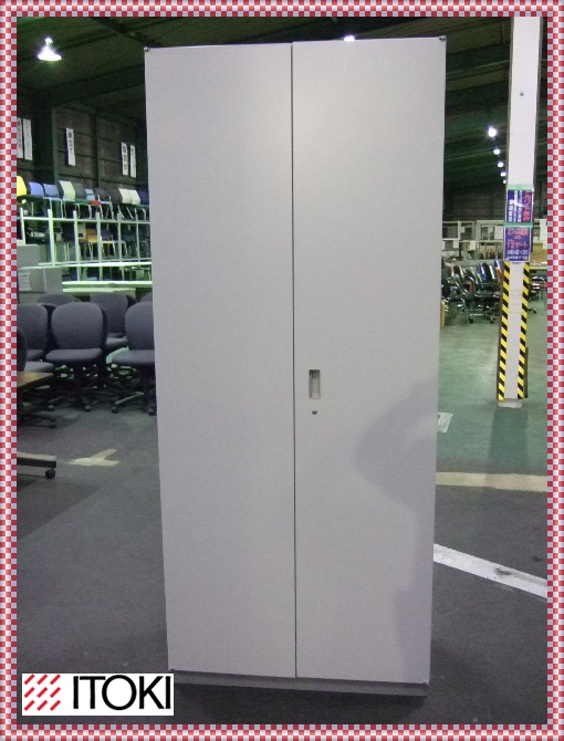 【中古】【送料別】イトーキ キッチンキャビネット 両開き ホワイトグレー 食器棚 オフィス収納幅900mm 奥行き450mm 高さ2135mm F-HB-070-1203A