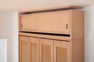 食器棚 キッチンストッカー 耐震 収納 上置き 上置 つっぱり 突っ張り 高さ35 cm~67cm対応でどこでも設置可 幅106x奥29cmダーク ブラウン 茶色 ナチュラル ホワイト 白