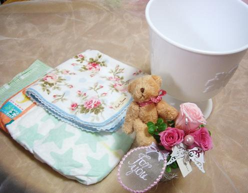A ki flower je rakuten global market and diaper in english to diapers diapers that resemble shaped like a cake decorated with flower and ribbon cute thing is a diaper cake negle Gallery