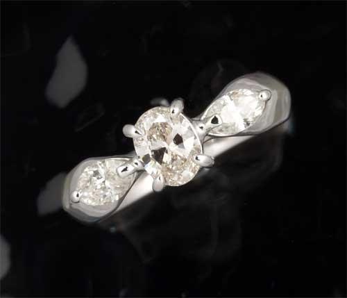 Pt オーバルカットダイヤモンド 0.453ct J-SI1脇石ダイヤ0.388ct プラチナ リング《送料無料!》