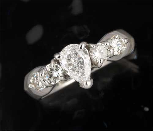 Pt ペアシェイプダイヤモンド 0.345ct E-SI1脇石ダイヤ0.386ct プラチナ リング《送料無料!》