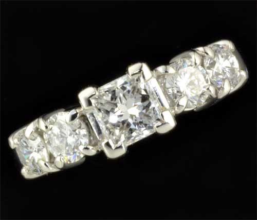 Pt プリンセスカットダイヤモンド 0.586ct E-SI1脇石ダイヤ0.798ct プラチナ リング《送料無料!》