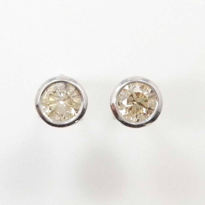 18金ホワイトゴールドライトブラウン ダイヤモンド 0.3ctx2 ピアス(太さ0.9mm 長さ10mm・シリコンキャッチ付)【送料無料】【即納(4日前後発送)】