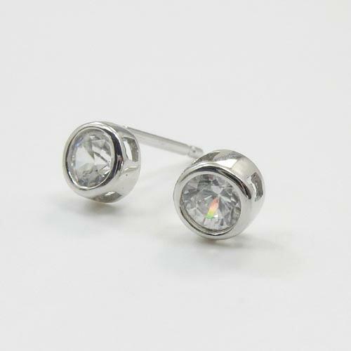 18金ホワイトゴールド(K18WG)ホワイトジルコン ピアス(太さ0.9mm 長さ10mm芯・シリコンキャッチ付)