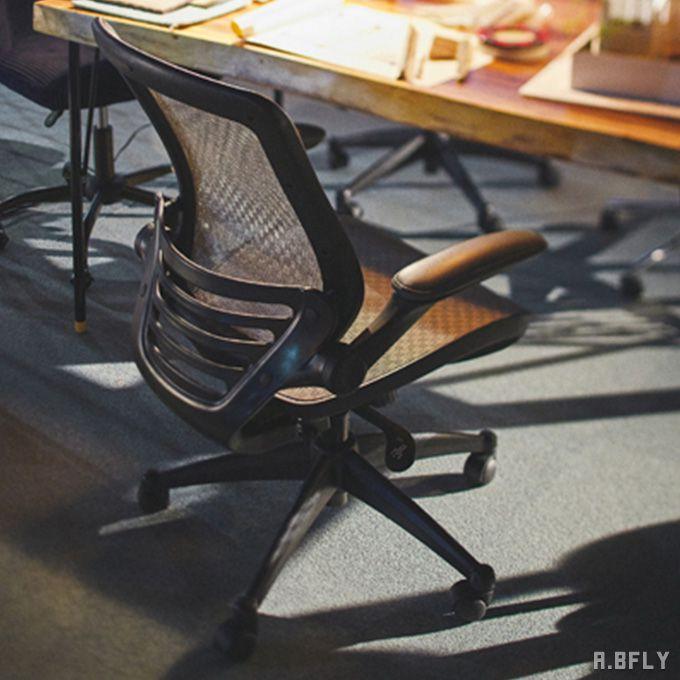 オフィスチェア デスクチェア 椅子 チェア インテリア デザイン 洗練 高級感 モダン スタイリッシュ 近代的 メッシュ 通気性 機能性 肘置き アームチェア アームレスト キャスター 肘掛け/