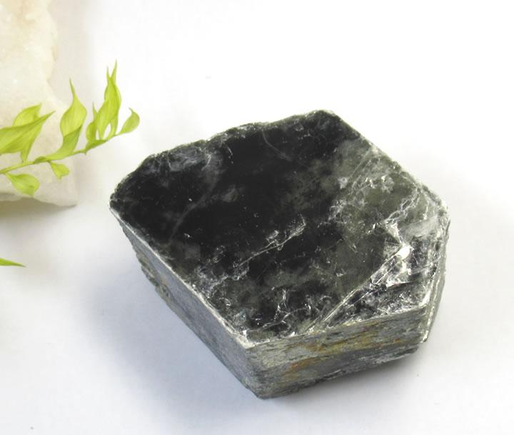 レインボー入り黒雲母 バイオタイト ビオタイト 原石 158g 整った結晶 無秩序から秩序へ 物事の本質や全体像を明瞭にする石 biot017