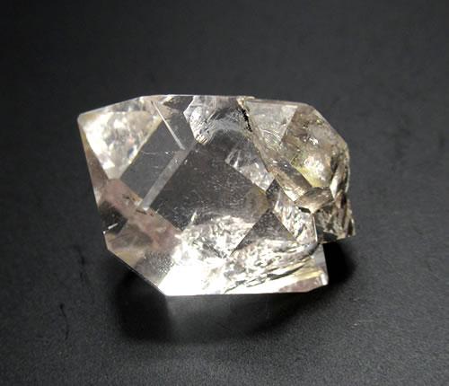 ハーキマーダイヤ ダイヤモンドウィンドウ 虹あり '高い波動でポジティブに歌うスピリチュアルな光が凝固し顕現した石'har075