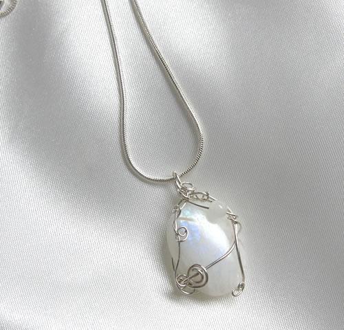 オーラ全体に光を照射しエネルギーフィールドに喜びをもたらし保護する石'レインボームーンストーン シナジーペンダント 天然石 パワーストーン P1rainbowm007