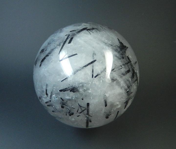 【ポイント5倍+5%OFFクーポン】ブラックトルマリン入りクォーツスフィア丸玉75mm593g★太い結晶の上に小さな針状結晶が出ていて面白い★強い保護、解放★torb70s003