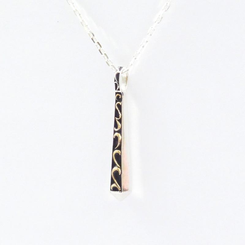 シルバー925 メンズネックレスCUAL(銅合金)のアラベスク(唐草)と六角状のエッジの効いたスティックTop。裏には「Nopain,Nogain」[苦労なくして、得られる物はない]と入っている。Top取り外し可能。( Arabesque Stick Necklace )