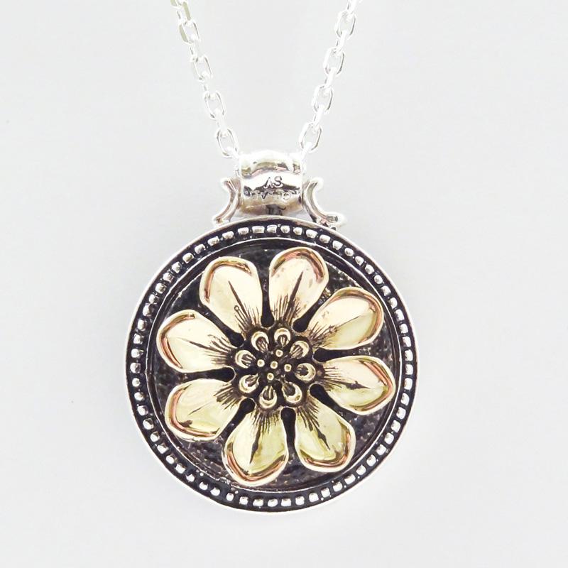 シルバー925 メンズネックレス アンティークの雰囲気漂うヴィクトリア調フラワーTop。SILVERとCUAL(銅合金)のコンビ。裏にも模様がギッシリ入っています。 ( Circle Flower Necklace )