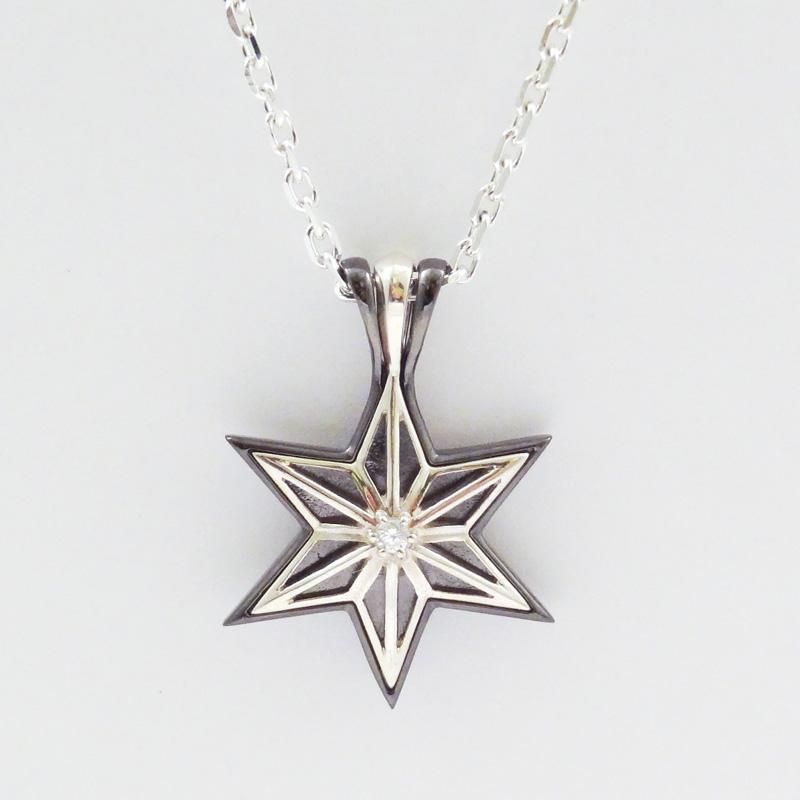 シルバー925 メンズネックレス 「雪の結晶」「六芒星」をモチーフに...2つのヘッドが重なる、2wayネックレス。センターのキュービックジルコニアの輝きと、ブラックコーティングとシルバーのコントラストがエレガントでクール。( Crystal Star Necklace )