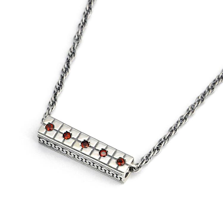シルバー925 メンズネックレス Geometric pattern=幾何学模様。オリエンタルな幾何学模様を入れた、スティックのTop。ガーネットをセッティング。( Geometric pattern Stick type Necklace Antique silver )
