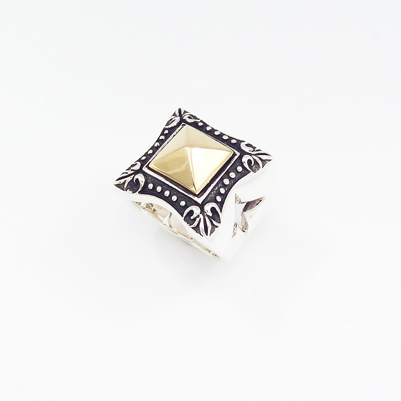 シルバー925 メンズリングゴールドカラーのスタッツがポイントのリング。 SILVERとCUAL(銅合金)のコンビで重量感あり!の迫力。(Square Stutz Ring)