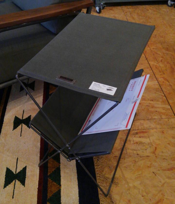 フォールディングサイドテーブル MIP-91GR グリーン 折りたたみ 持ち運び楽々 アウトドア 北欧テイスト 室内外使用可 マガジンラック ミリタリー アーミー BBQ バーベキュー サイドテーブル 机 GO OUT LIVIN' ゴーアウト 06 雑誌 掲載 リビン