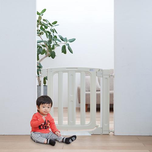 日本育児 セーフティステップゲイト 5010143001 / セーフティステップゲート サークル ベビーフェンス 【取り付け幅77~92cm】 ペットも安心 拡張フレーム1本付