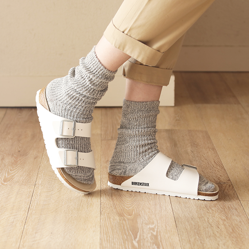 靴下との相性もよく、夏以外でも使えコーデの幅がぐっと広がります。 着用ソックス:メリヤクー / ツリーの温もりショート丈タイプ