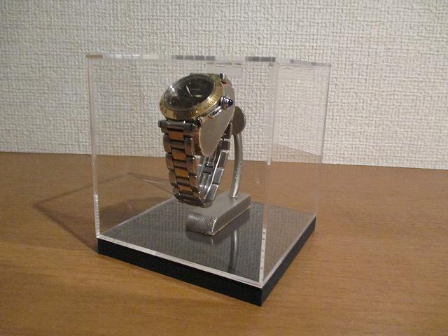新作 腕時計が宙に浮いた様に飾れる腕時計イリュージョンスタンドアクリルケース入り