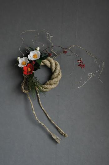 謙信松×紅白椿 しめ縄リース M(造花)
