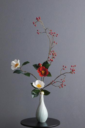 紅白江戸椿 × 陶芸作家 樋口邦春作 青白流文花入(造花)