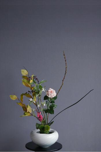 ピンクローズ × 陶芸作家 樋口邦春作 青白磁潮流文花入(造花)