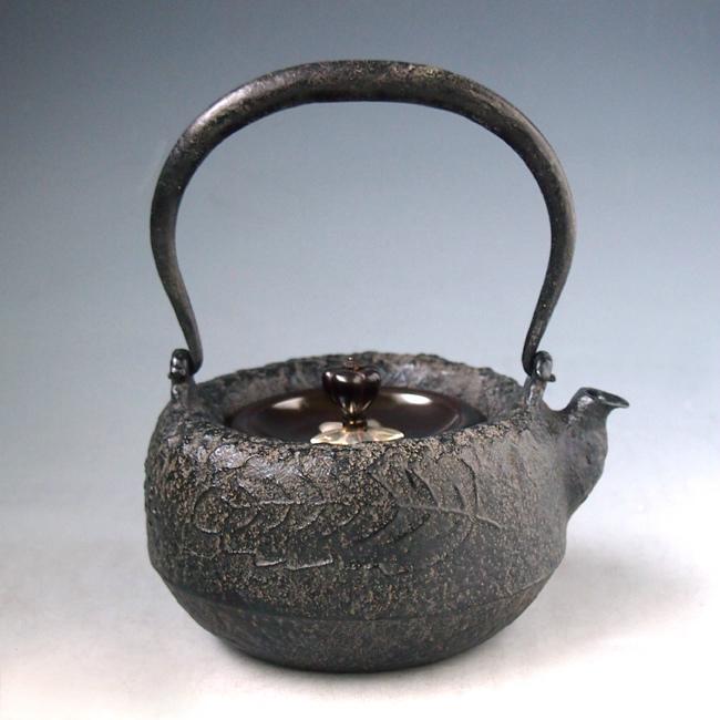 【日本製・証明書付き】【海外対応可】金寿堂写 柏葉紋姥口小鉄瓶 鉄壺 約0.3L tb212