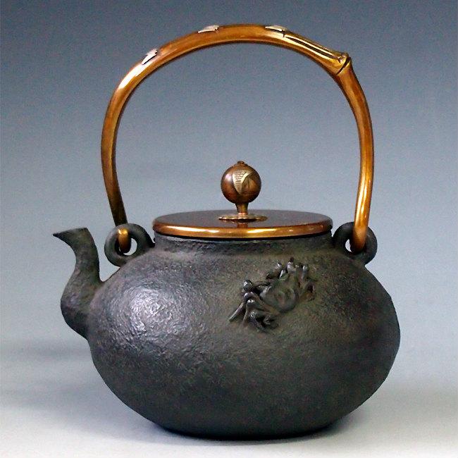【日本製・証明書付き】【海外対応可】日本梅泉写 平丸蟹図鉄瓶 摘み、弦に銀象嵌入 約1.2L tb6