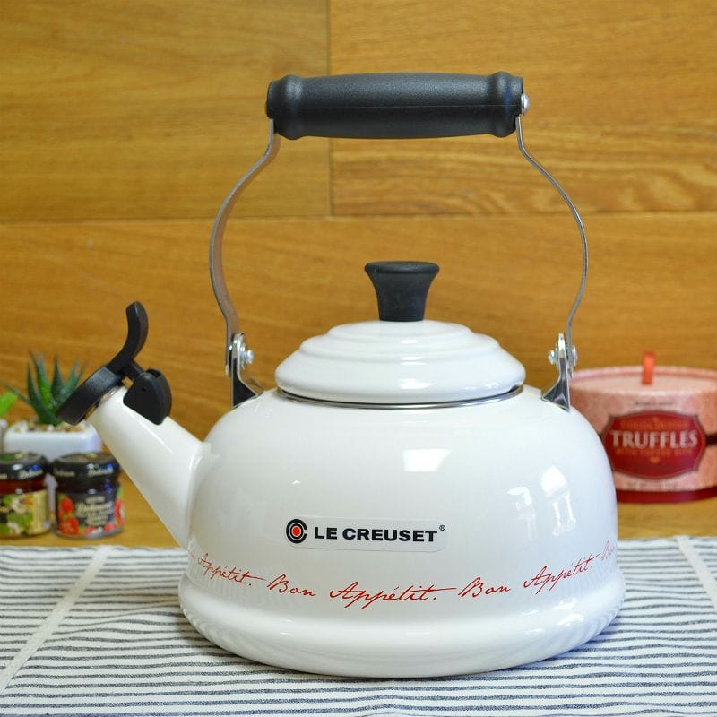 ル・クルーゼ 限定品 笛吹き エナメルスチール ティーケトル 1.7L IH対応 Le Creuset Enamel On Steel 1.8qt Whistling Kettle, White with Red Script lettering