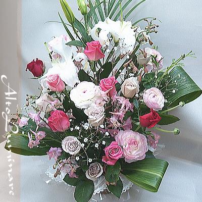 ユリとバラ、季節の花のバスケットアレンジメント