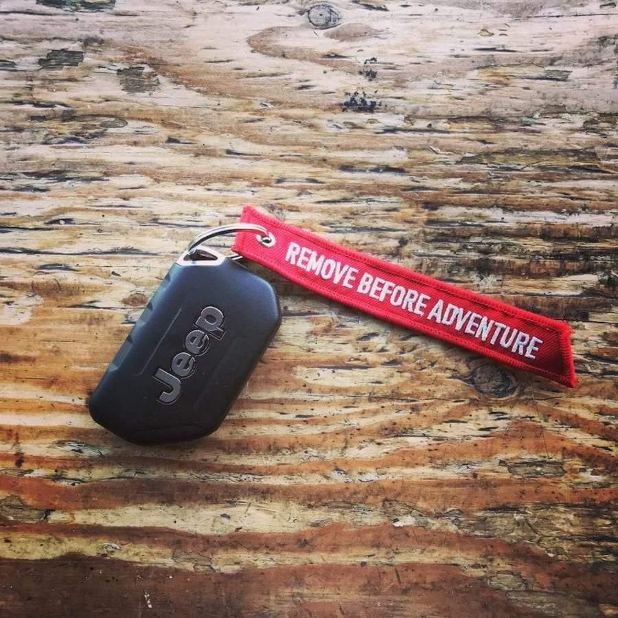 ジープ 海外輸入 海外直送品 送料無料 アメリカ直送 Jeep ストラップ キーチェーン RedKeyTag Adventure 贈り物 Remove Before GPCA
