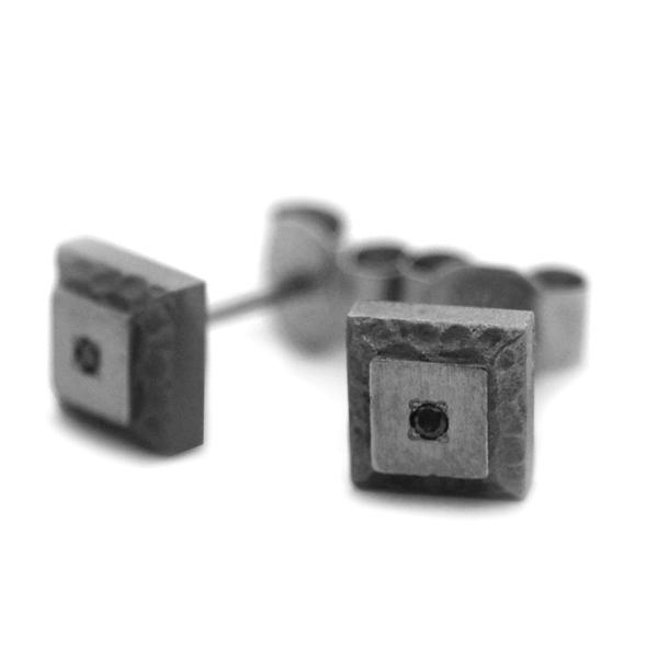 ブラックダイヤ付き岩模様チタンピアス [E0164-BKD]