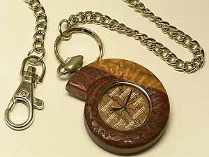 有名な 創業45年を越えるカナダ木製腕時計メーカーTENSE [並行輸入品] テンス 社の熟練職人が 銘木ビャクダンを使って丁寧にハンドメイドで仕上げた逸品 Ammolite アンモナイト型ビャクダン製懐中時計 Laboratoryオリジナル