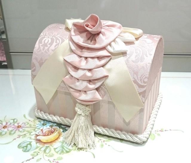 ローズコサージュがプリンセスライクなトランクボックス エレガントなダマスク柄が洗練された品の良さを演出してくれます ジェニファーテイラー ローズコサージュトランクボックス Haruno ピンク リボン ロココ ジュエリーボックス 薔薇雑貨 プリンセス 日本産 2020