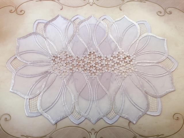 フラワーモチーフがオシャレなデザインのランチョンマット。こんなにオシャレなのにビニール製でお手入れ簡単です。 【メール便可】フラワーランチョンマット2枚セット シルバー&ホワイト 【薔薇雑貨 ローズ雑貨 キッチン雑貨 テーブルセンター ドイリー 敷物 レース】