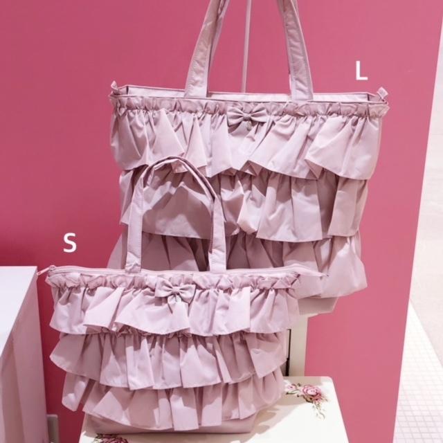 たっぷりフリルが華やかで可愛らしいトートバッグ 軽量ですが収納力たっぷり 可愛くて実用性も兼ねたバッグです おすすめ特集 フリルトートバッグS マドンナピンク 薔薇雑貨 ハンドバッグ サブバッグ 鞄 軽量 リボン ピンク フリル 買収