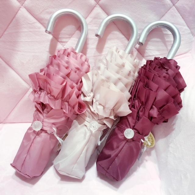 フリル使いが可愛らしい携帯用の折り畳み傘。軽量かつコンパクトなサイズですので持ち運びにも便利な仕様となっています。 ミニフリル折り畳み傘 【薔薇雑貨 携帯用傘 かさ レイングッズ フリル傘 プリンセス ロココ】
