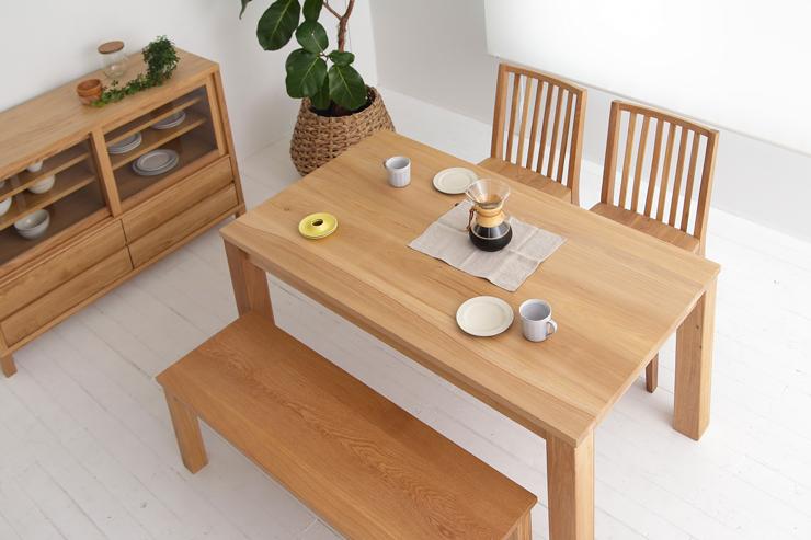 ニレ材の木目はナチュラルで美しく、どんな家具ともしっくり馴染みます。どっしりした天板は安定感があり、シンプルでありながら存在感も十分。 天然木ニレ無垢材を贅沢に使用し、自然塗料にこだわった優しいダイニングテーブル[つばき/140ダイニングテーブル]