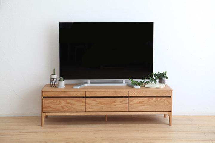 [送料無料]天然木オーク材が贅沢に使用され、力強い木目が印象的なこちらのアイテム。モダンスタイルにも合わせやすいようカジュアルにデザインされたナチュラルテイストのTVボードです。仕上げには環境にもやさしい自然塗装(オイル仕上げ)が施されています。